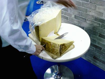 チーズを切ってます。