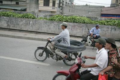 バイクで線材を運搬