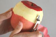 リンゴの皮むき