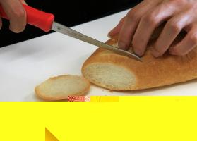 トマトナイフでフランスパンを切ります。