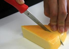 トマトナイフでチーズを切ります。