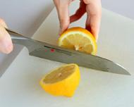 レモンを包丁で半分に切ります。