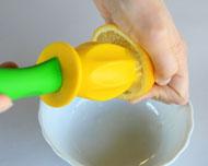 レモンをジューサーで絞ります。